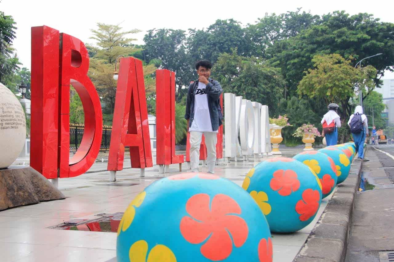 Bola Beton Percantik Trotoar di Surabaya