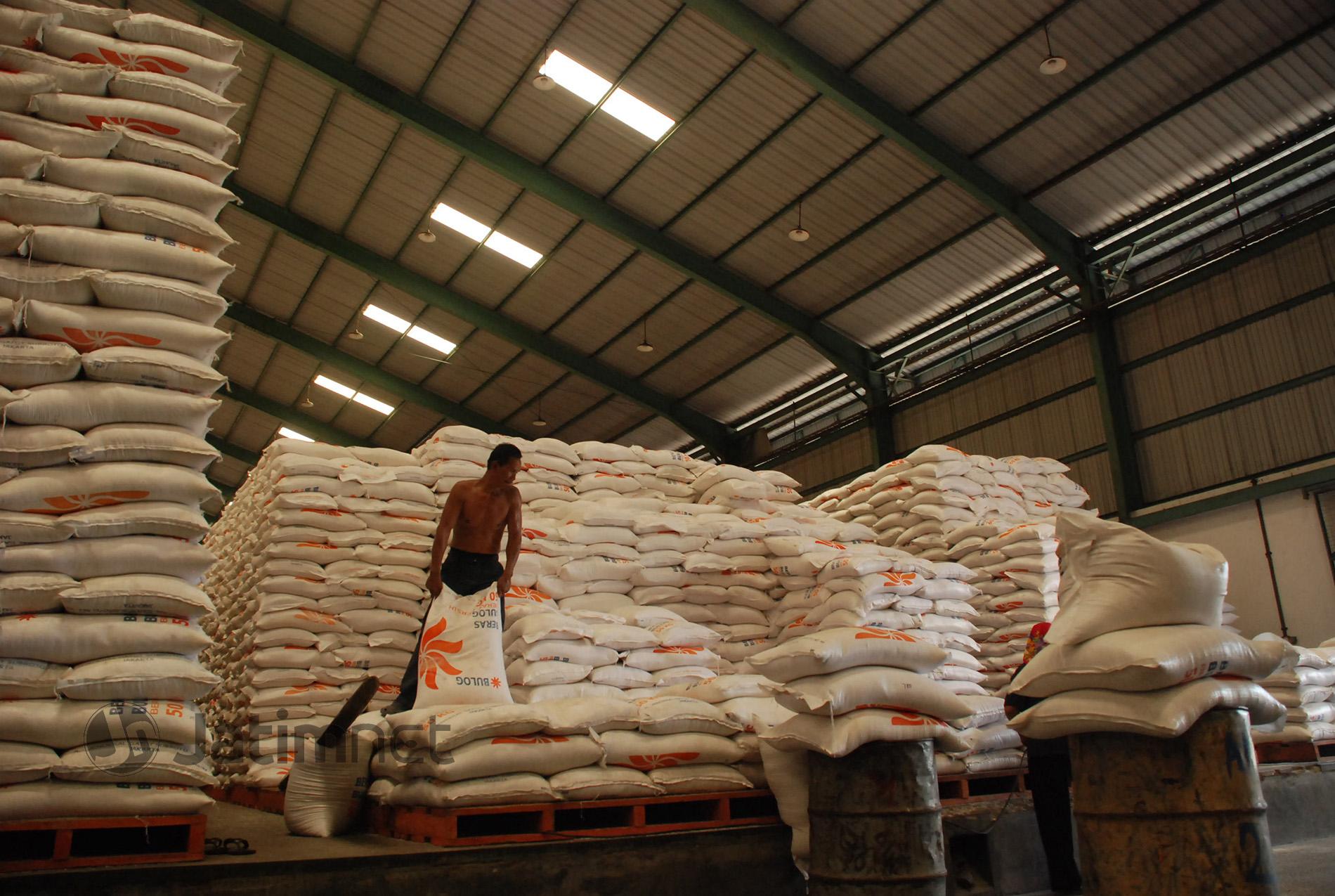 Bulog Penuhi Kebutuhan Beras di Daerah Terdampak Banjir Jatim