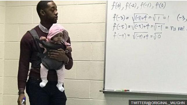 Profesor Matematika Ini Mengajar Sambil Menggendong Bayi