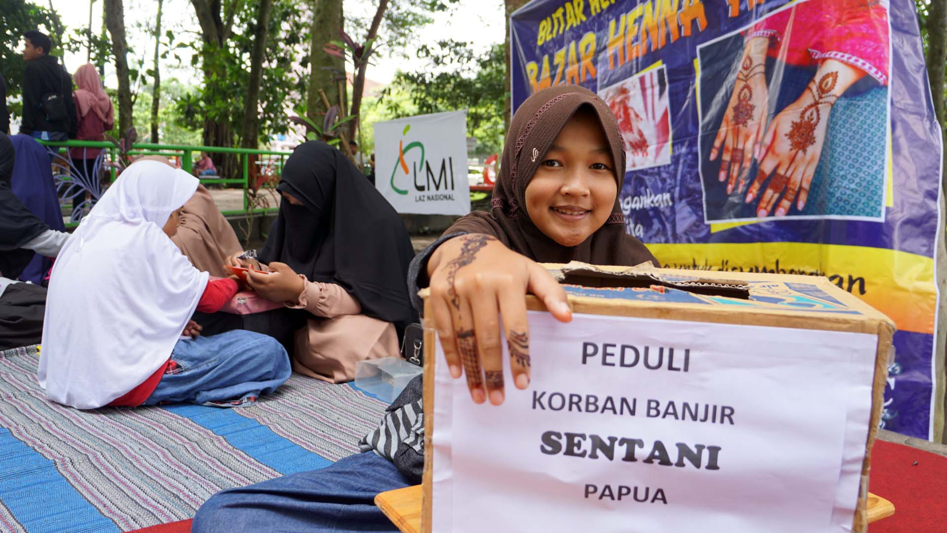 Komunitas Pelukis Henna Galang Dana Korban Banjir Sentani