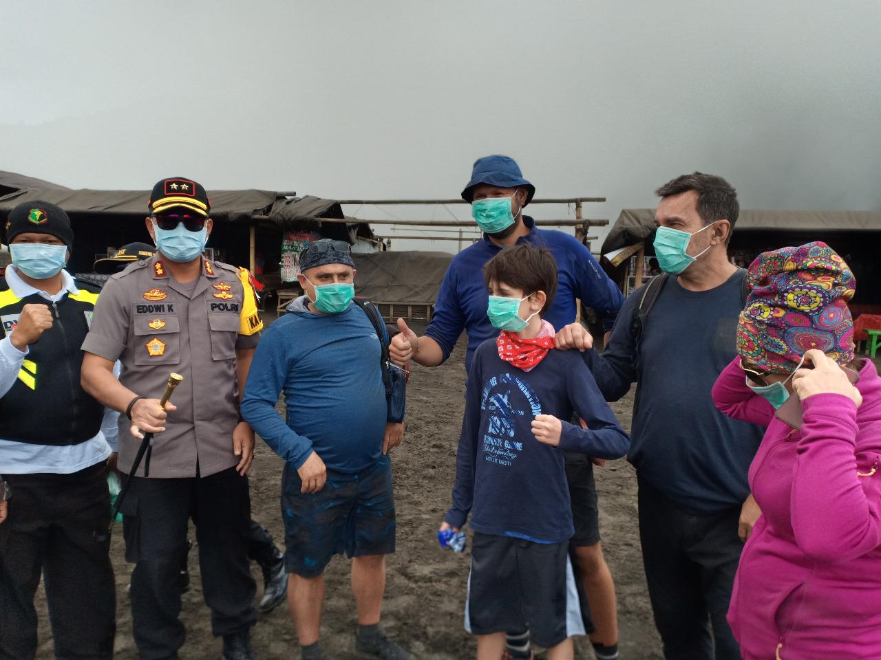 Bromo Berasap Petugas Probolinggo Bagikan 500 Masker