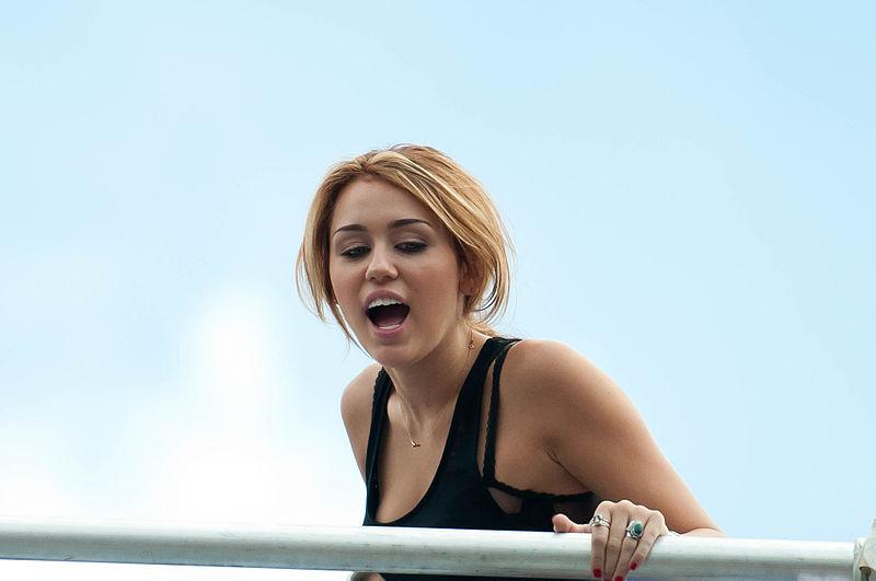 Tampil di Woodstock, Miley Cyrus Bikin Status di Instagram