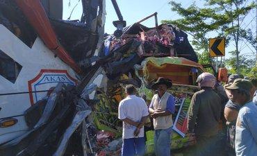 bus-probolinggo-hantam-truk-sopir-meninggal-10-penumpang-terluka
