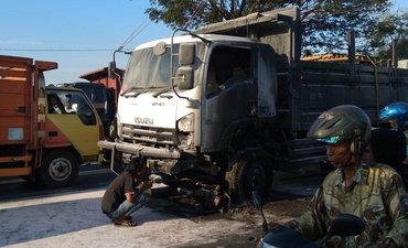 tabrak-truk-seorang-biker-tewas-dan-motor-terbakar