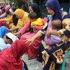 Kuatkan Mental, Pelajar di Surabaya Basuh Kaki Orang Tua