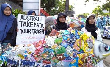 aksi-ecoton-desak-australia-cegah-penyelundupan-sampah-plastik