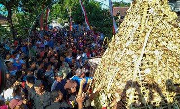 hadrah-dan-tari-reog-iringi-arak-arakan-gunungan-1-001-ketupat