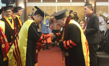 perangi-korupsi-mantan-kajati-maruli-dapat-gelar-honoris-causa-1555229590