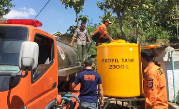 krisis-air-bpbd-magetan-distribusikan-6-ribu-liter