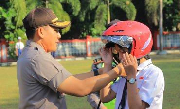 hari-pertama-masuk-sekolah-polres-blitar-kota-bagi-helm-gratis-ke-pelajar
