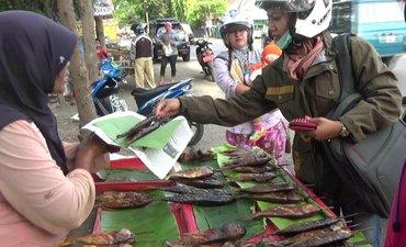 ikan-asap-pantura-proboinggo-laris-manis-saat-ramadan