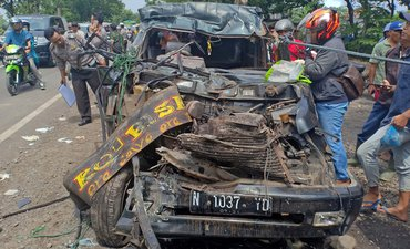 Minibus Tabrak Truk di Pantura Probolinggo, 6 Tewas