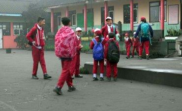 diguyur-abu-bromo-siswa-sd-ngadisari-tetap-semangat-sekolah