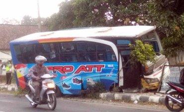 bus-jurusan-blitar-hantam-pagar-rumah-seluruh-penumpang-selamat