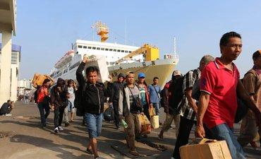 agustus-penumpang-kapal-di-tanjung-perak-pakai-boarding-pass