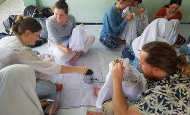 guru-dan-pelajar-australia-belajar-batik-di-smamda