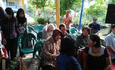 risma-antre-mencoblos-di-tps-001-wiyung-surabaya