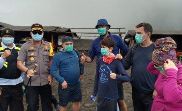 bromo-berasap-petugas-probolinggo-bagikan-500-masker