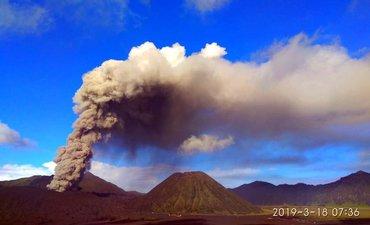 tinggi-kolom-abu-vulkanik-bromo-mencapai-1-500-meter