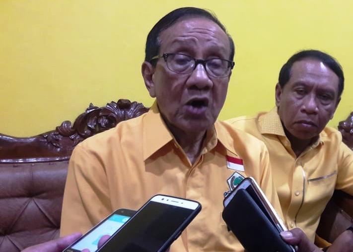 Akbar Wajibkan Caleg Golkar Pasang Foto Jokowi di Baliho