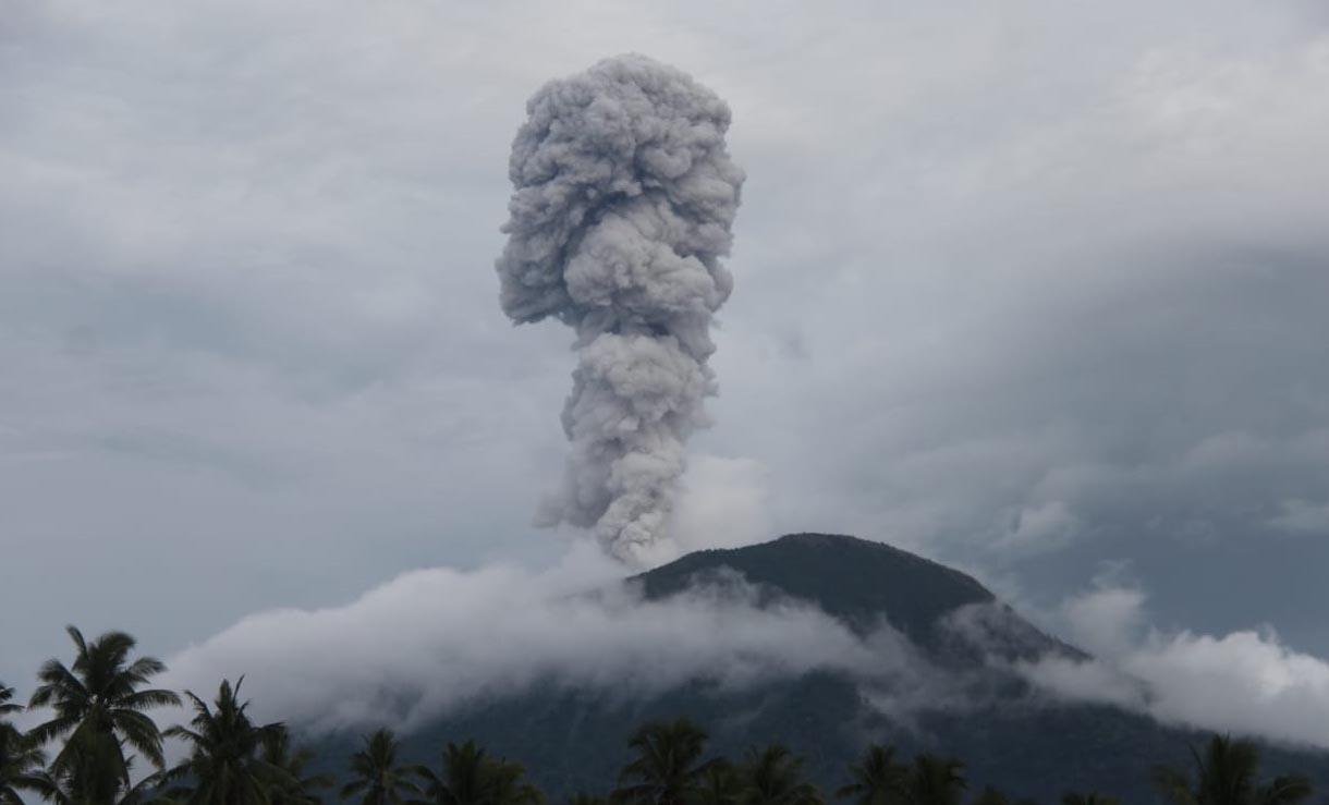 Gunung Ibu Meletus, Masyarakat Berada di Zona Aman
