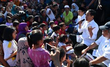 presiden-beri-semangat-anak-sekolah-di-pengungsian