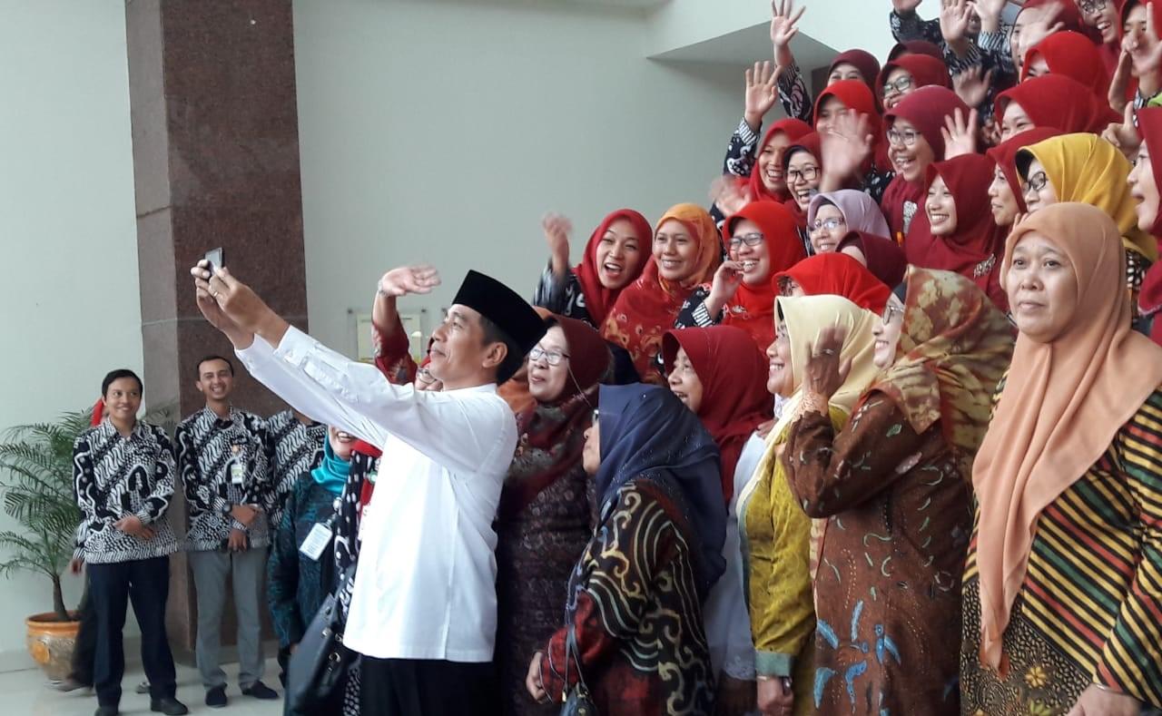 Kunjungi Keraton, Jokowi Dijamu Pastel dan Bendol