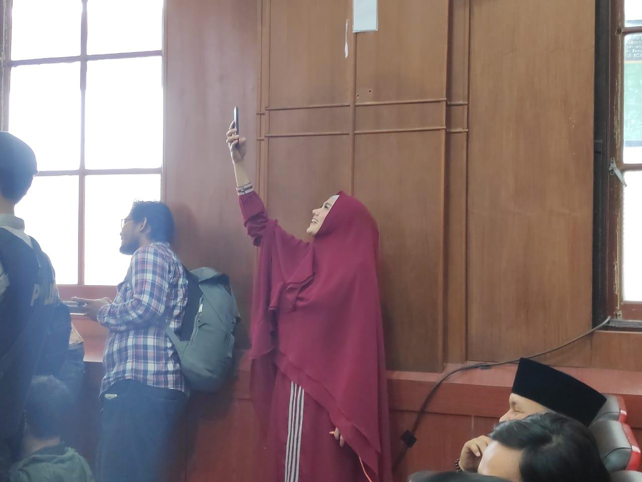Mulan Jameela Sibuk Rekam Suaminya di Persidangan