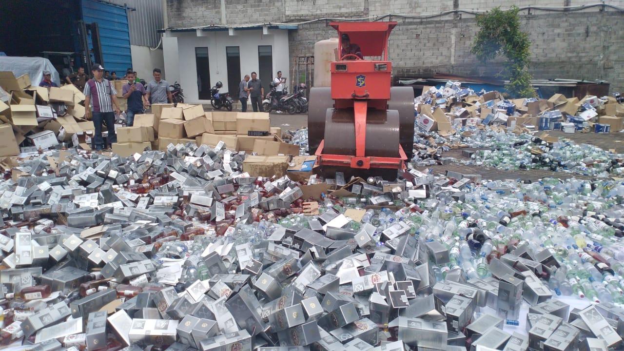 Puluhan Ribu Botol Miras Dimusnahkan Hindari Penyalahgunaan Barang Bukti