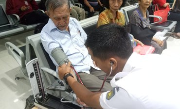 libur-imlek-kai-periksa-kesehatan-penumpang-gratis-di-gubeng