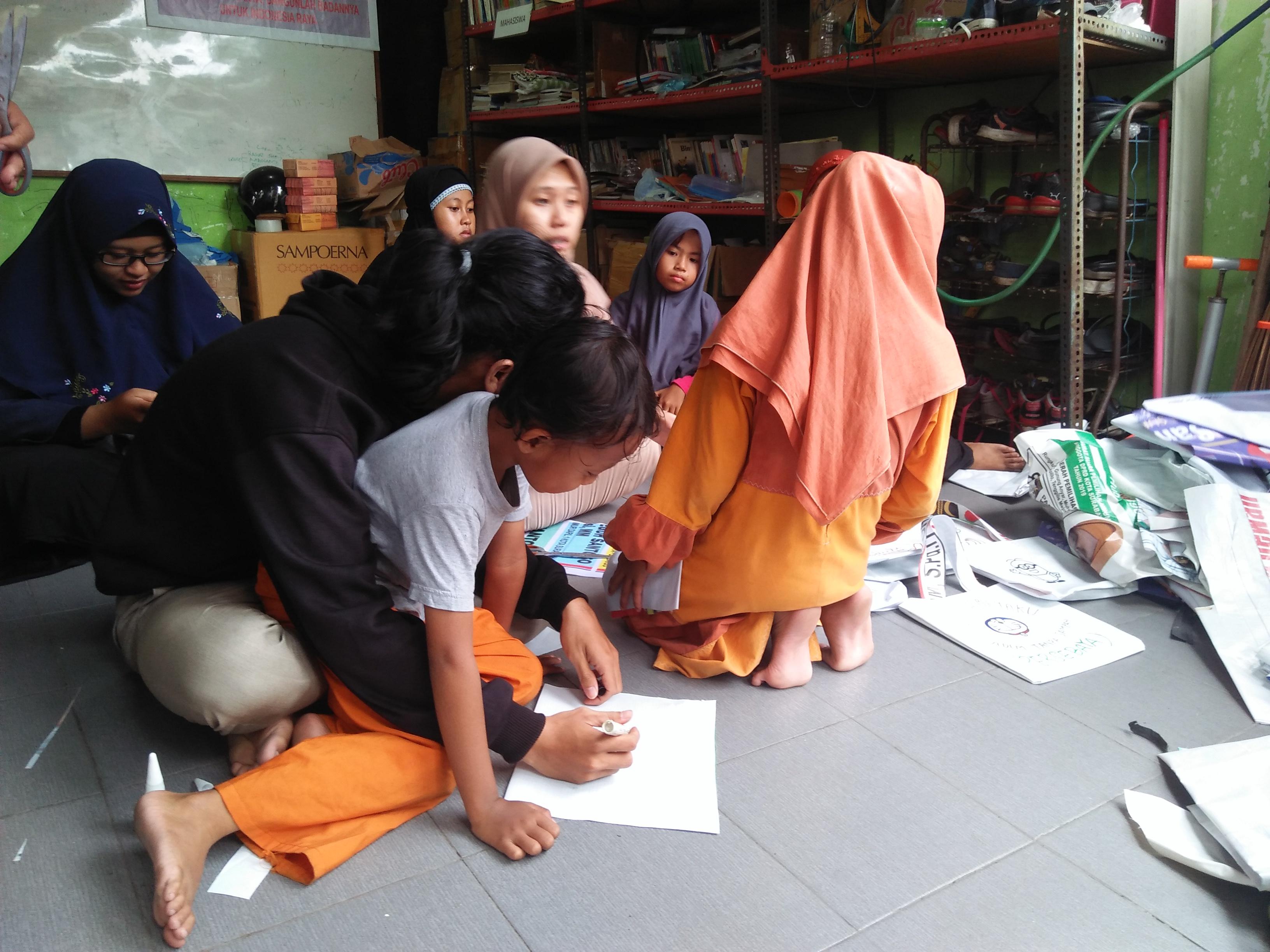 Sekolah Rakyat Kejawan Manfaatkan APK Bekas Dijadikan Tas