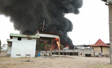 pabrik-plastik-di-driyorejo-terbakar-petugas-pmk-terkendala-angin-kencang