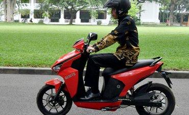 presiden-jokowi-jajal-motor-listrik-bikinan-its