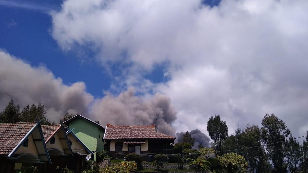 Abu Vulkanik Gunung Bromo Guyur Sembilan Desa Suku Tengger