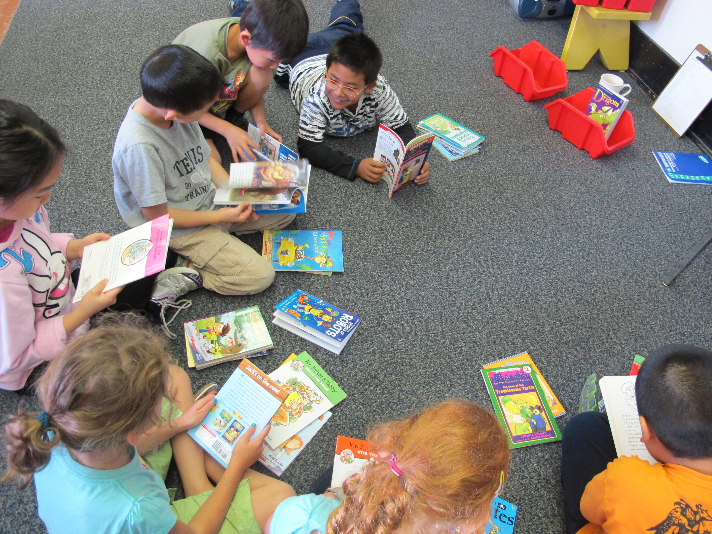 Pemerintah dan Organisasi Pelajar Surabaya Bagikan 12.868 Buku Bacaan