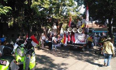 ratusan-orang-demo-bawaslu-jatim