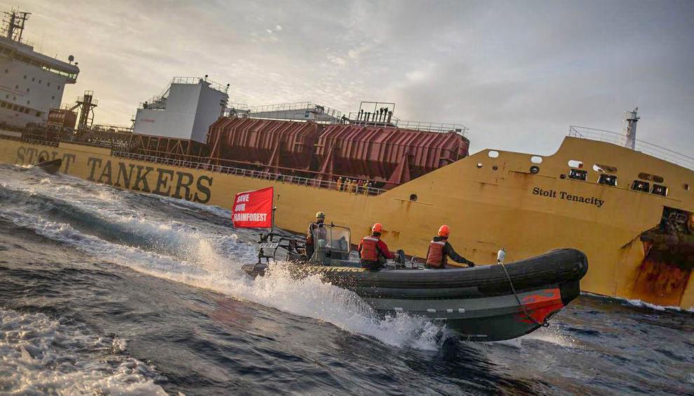 Enam Aktivis Greenpeace Ditahan Tanker CPO di Teluk Cadiz