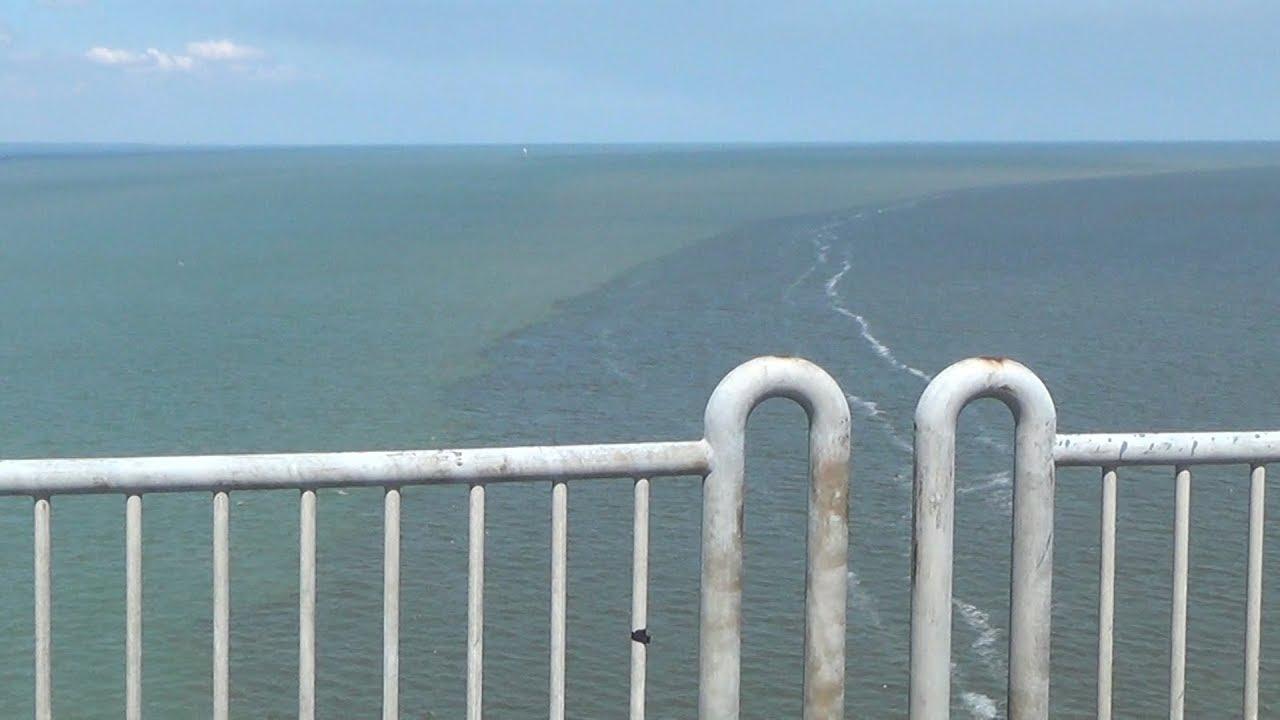 Air Laut di Selat Madura Terbelah