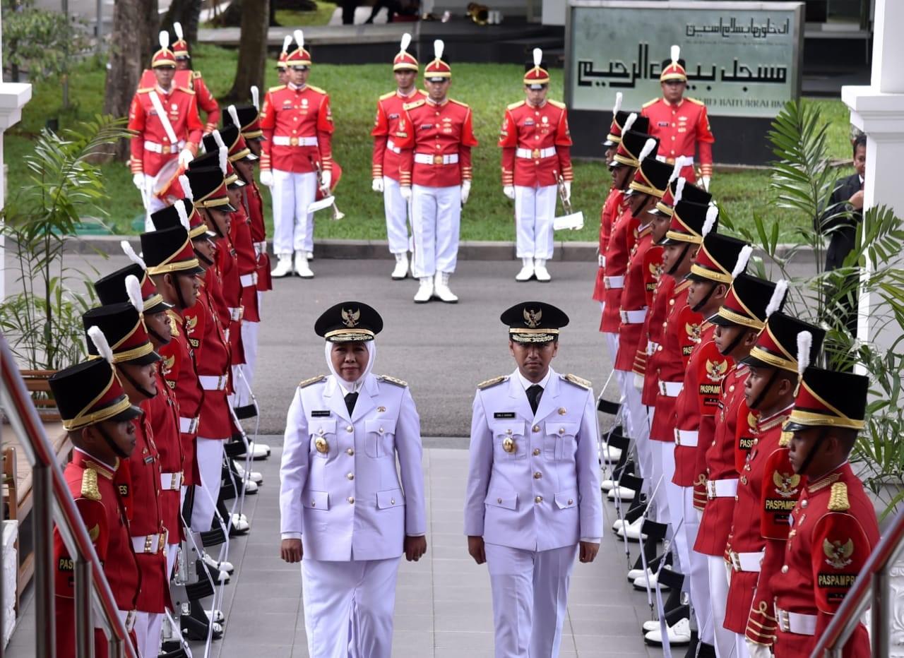 Ratusan Polisi Amankan Kedatangan Khofifah dan Emil di Surabaya