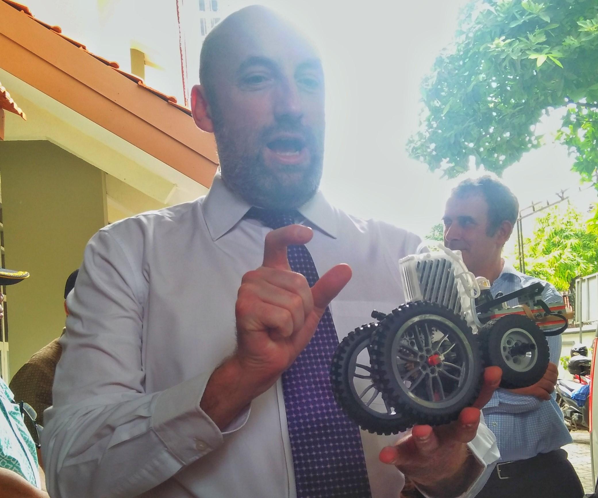 Kedubes Inggris Latih Siswa SMP Surabaya Rakit Mobil Hidrogen