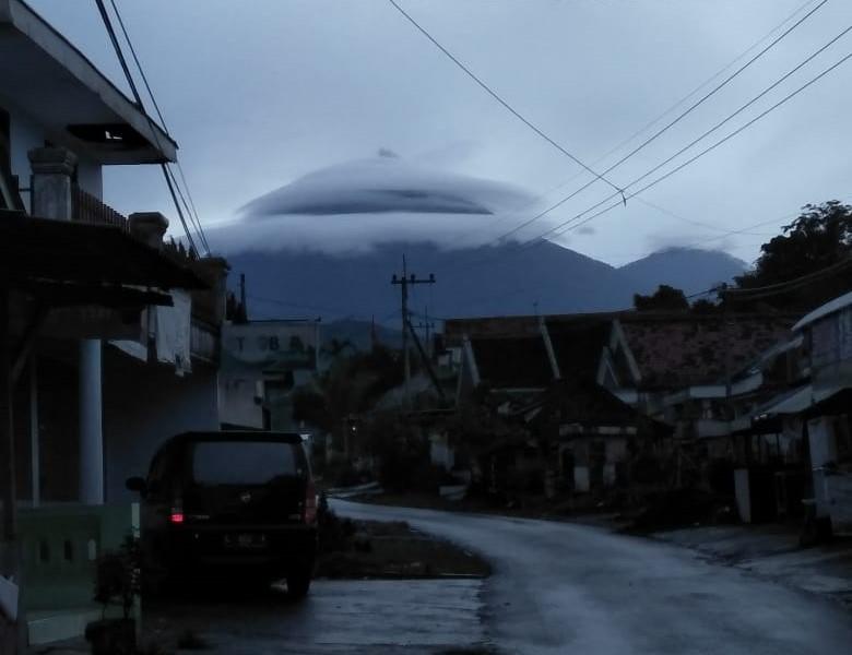 "Gunung Semeru Tampak ""Bertopi"""