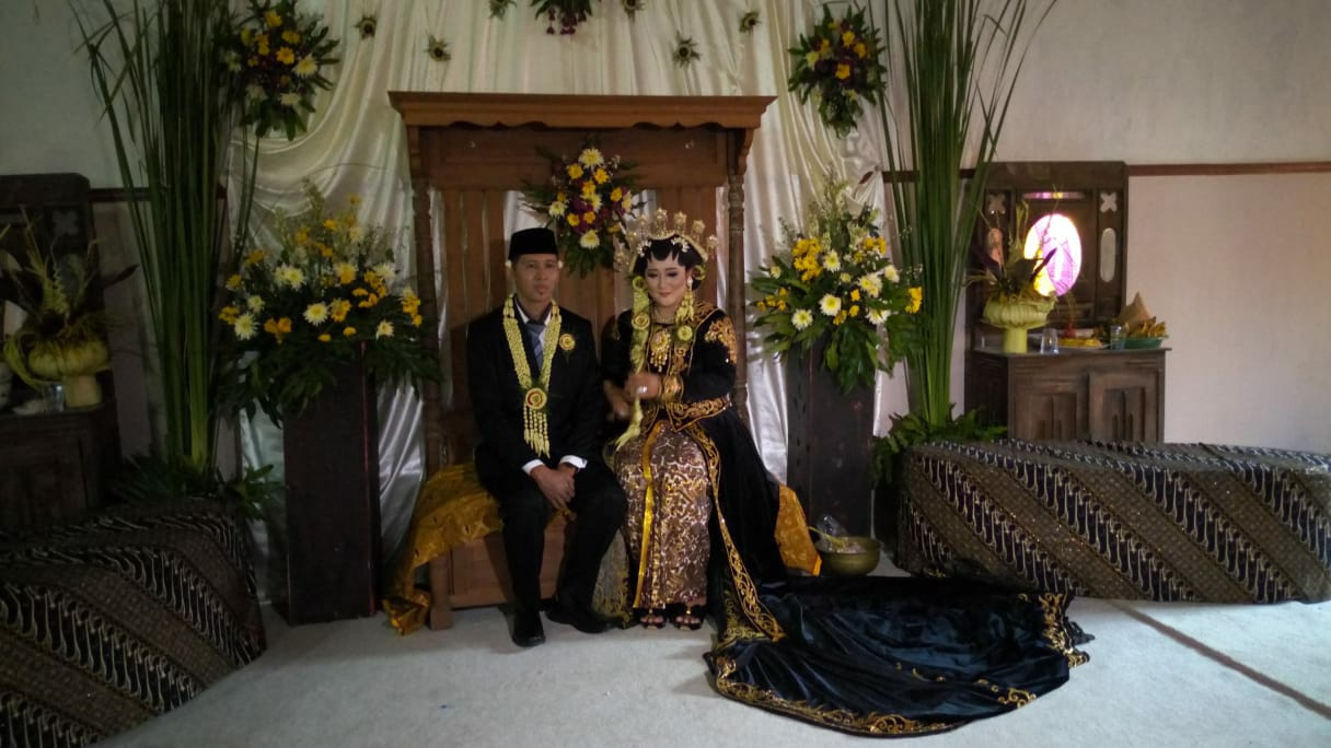 Prosesi pernikahan menggunakan adat Ponorogan yang ada di Ponorogo.